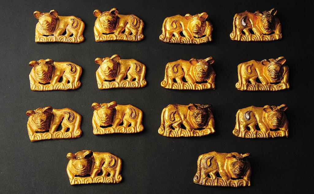2010] EARLY NOMADIC BURIALS AT FILIPPOVKA, RUSSIA 141 Fig. 20. Golden and enamel plaques (depicting tigers) from Kurgan 4, Burial 4 (A. Mirzakhanov).