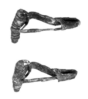 Fig. 3. Two bronze fibulae of the Haraldsted type. Length ca 4.4 cm. Photo Bengt Almgren. Fig. 4. Two bronze fibulae of the type with returned foot. Length ca. 4 cm. Photo Bengt Almgren. a simple head (Beckmann 1966).