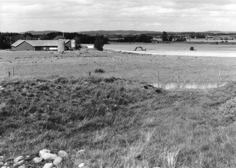 Fig. 4. A central place? A picture taken from Stomma Kulle when the excavations had just begun. The picture shows the open view of the surrounding countryside from the marked ridge.