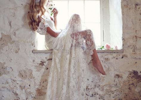 E L O I S E M a d e i n M e l b o u r n e Sequins and ivory lace softly entwine to create a truly romantic bridal dress that shimmers with