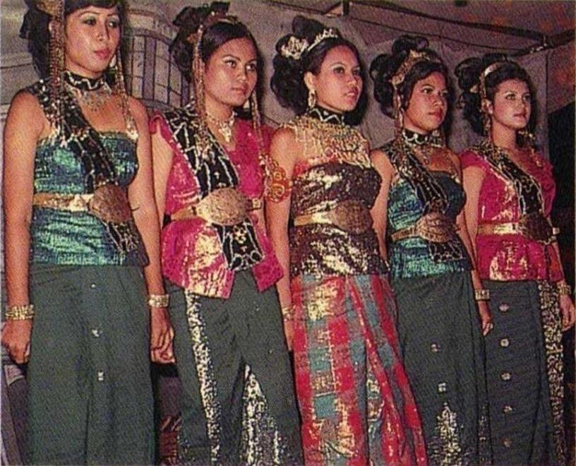 Plate 4.98: Dayang in 1970 s Beginning in this era, the female attendants hair were styled and adorned.