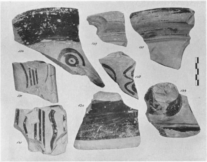 A GEOMErTRIC HOUSE AND A PROTO-ATTIC VOTIVE DEPOSIT 571 sherds in somiie nuinbers elsewhere in the Agora. Dragendorff denies Wide's suggestion (Jahrb., XIV, 1899, pp. 188 ff.