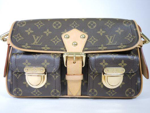 LOUIS VUITTON 2005 Hudson PM Monogrammed Shoulder Bag Retailed for $1690, sold in one day for $799. 04/15/17 A classic bag by Louis Vuitton, the Hudson PM is as good looking as it is practical.