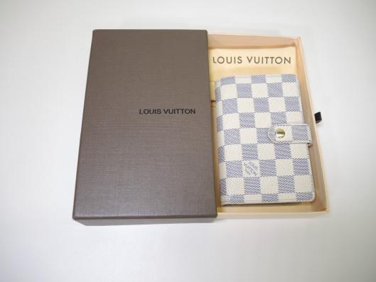 LOUIS VUITTON Damier Azur French Purse Wallet Retailed for $750, sold in one day for $429. 04/08/17 The grey and cream damier print from Louis Vuitton is a charming neutral for Spring.