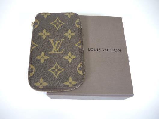 LOUIS VUITTON Six Key Holder Sold in one day for $149. 04/08/17 Organize your keys and maybe a few credit cards in this slim key holder.