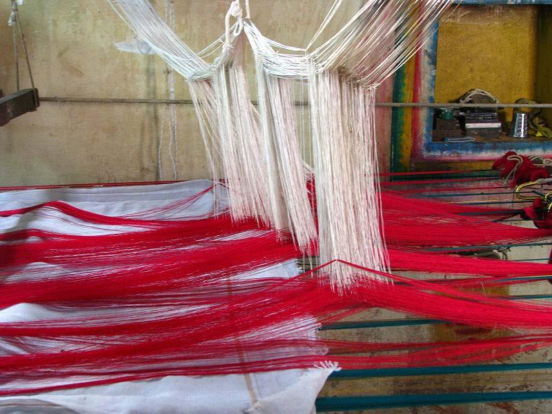The sari as cloth Silk sari weaving at Kanchipuram, Tamil Nadu Saris are woven with one plain end (the end that is concealed inside the wrap), two long decorative borders running the length of the