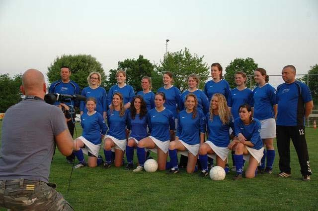 FC de Rakt DA1 (2008/2009) For many years, the wearing of white dresses or skirts by female players was a requirement for competitions such as tennis, table tennis and badminton.