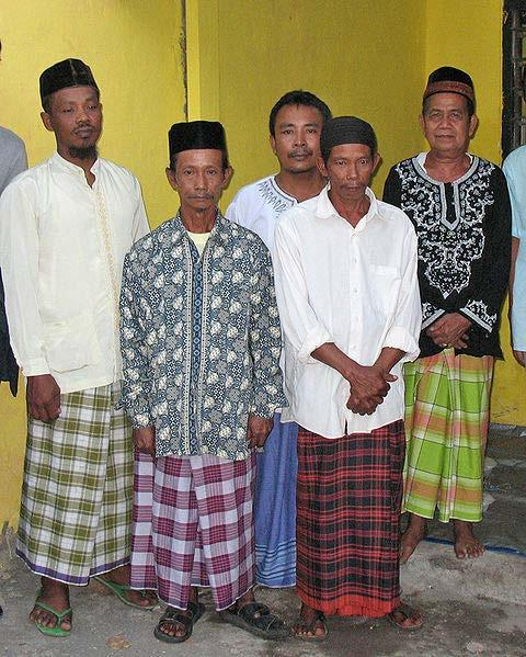 Chapter 8 Sarong Javanese men often wear sarongs during religious or casual occasions. Surabaya, East Java, Indonesia.
