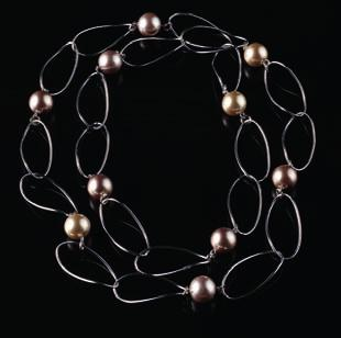 (90cm) PEARL STATION NECKLACE CODE: 2290 59,90 Rhodium plated necklace with
