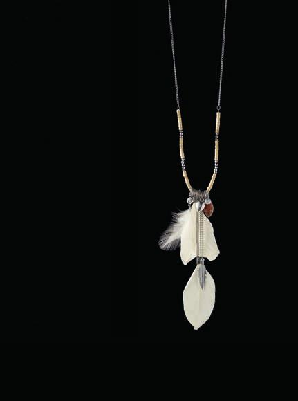 NECKLACE CODE: 2262 19,90 Necklace with white feather accents, gold-plated metal ornaments,