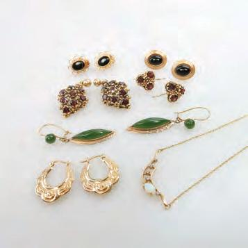 8 grams Provenance: Estate of Carol Solway, Toronto $450 600 75 SMALL QUANTITY OF GOLD JEWELLERY including 4 pairs