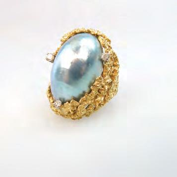 1 grams Provenance: Estate of Carol Solway, Toronto $300 400 155 ENGLISH 18K YELLOW GOLD SCULPTED RING set with a large oval grey mabé pearl and decorated with 3 small