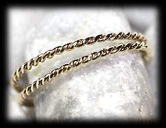 59 gram. Estimate: R3,700 R6,800 78 2x 9 carat yellow polished gold twisted wire BANDS.
