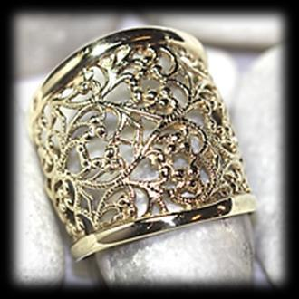 25 9 carat yellow polished gold filigree RING of broad design. Mass: 5.04 gram.