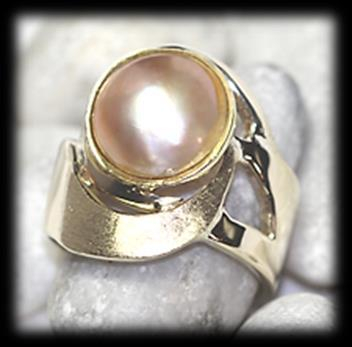 Set in top over gold (bezels) and claws 3 flat cultured blister fresh water pearls, 6.7mm x 6.8mm. Mass: 3.26 gram.