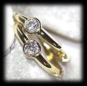 plain classic design. Set in top over gold (bezels) 6 round brilliant cut natural diamonds, 4.0mm x 4.