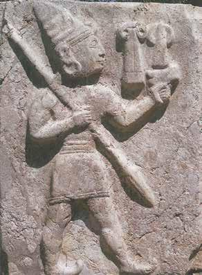 5. Elements for a Comparative Study of Textile Production and Use 127 Fig. 5.8: King Tuhdaliya as a warrior. Neve 1993, fig. 100. Fig. 5.9: Warrior, tentatively identified as king Suppiluliuma II.