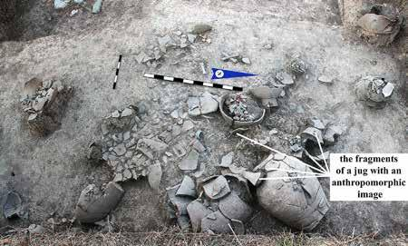 Fig. 7. Part of the excavation at Ushbastobe in 2015, showing the fragments of the vessel with the anthropomorphic image. mascara [Fig. 6:5]; an iron needle [Fig.