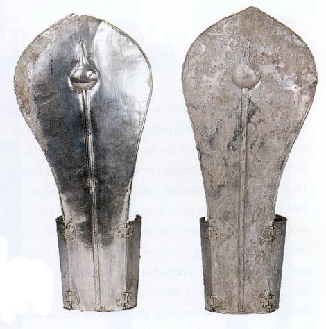 The hinges can bee seen clearly on the pair of sheet silver leg greaves from Hwangnamdaechong (5 th C) (below, right).