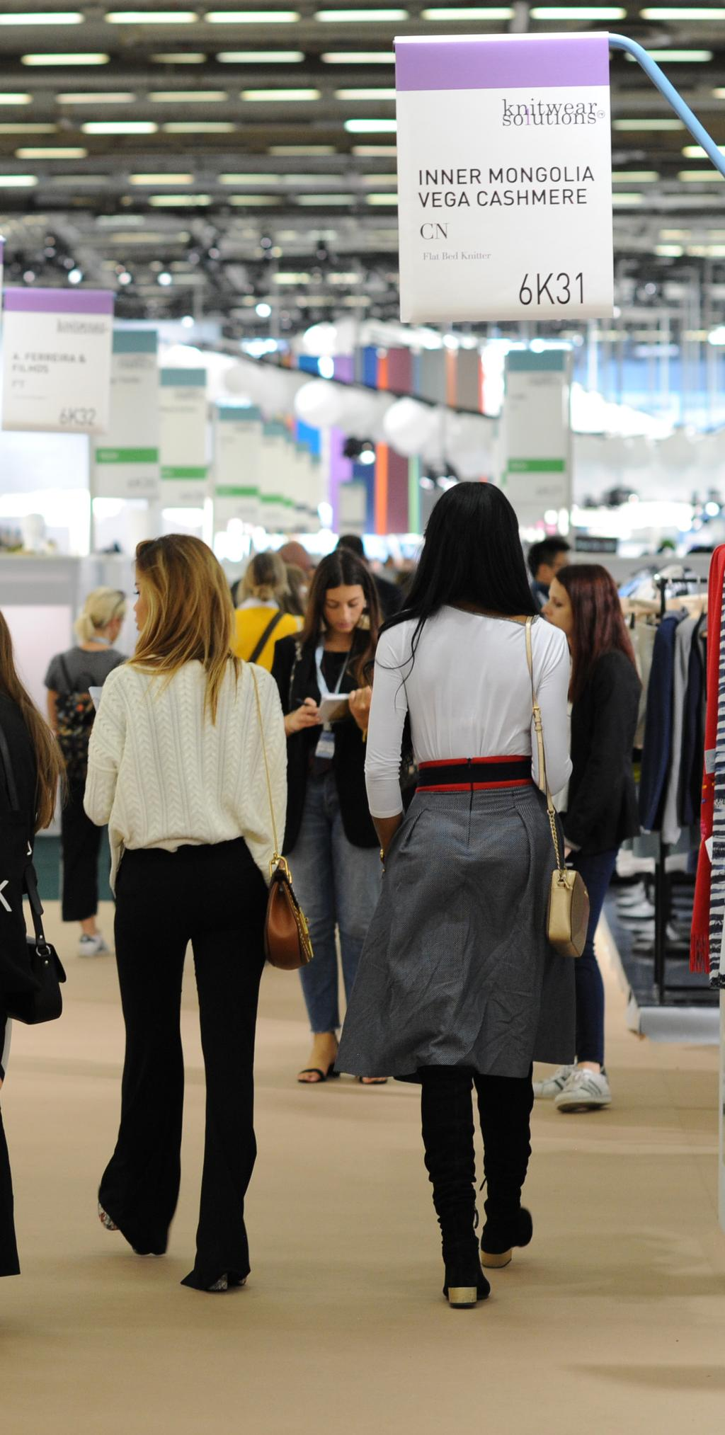 KNITWEAR SOLUTIONS TARGET WHO ARE THE VISITORS? VISITORS, an international target The KNITWEAR SOLUTIONS exhibitors welcomed high-quality visitors, comprised of product managers, buyers and designers.