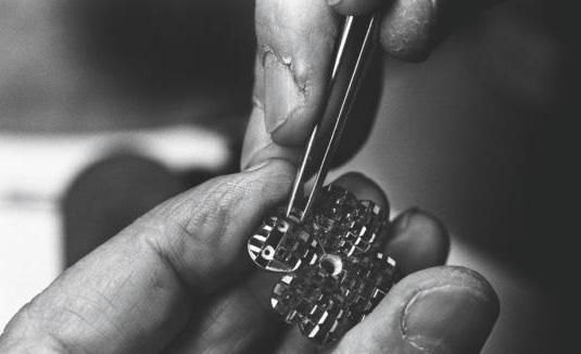 The Mystery Setting This technique is a feat of jewelry-making patented by Van Cleef & Arpels in 1933.