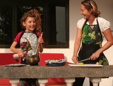 HOME... dining in apron and pot holders Calling all cooks our gorgeous kitengye apron and matching pot holders are a great