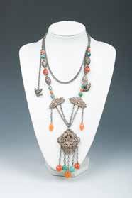 L:57cm Estimate CA$400 - CA$700 172 清银宝石挂件一对 PAIR OF SILVER GEMSTONE PENDANTS The set comprised of two strands of suspending chain with beads decorated beneath a mobile bottled vase incised with