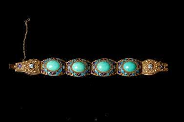 l:20cm Estimate CA$1,000 - CA$1,500 177 晚清珊瑚胸针及绿松戒指一组 SET OF CORAL BROOCH AND TURQUOISE RING The set comprised of a floral design mandala coral brooch with the flowers painted with precision; and a