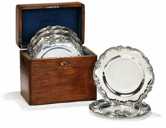 DKK 20,000-30,000 / 2,700-4,000 372 373 six russian rococo style silver dinner plates, original box with key enclosed. V. T.